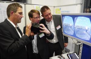 Dr. Christian Andersen (links) und Klaus Walther (rechts) vom IGZ Würzburg interessierten sich für die Erläuterungen von Mathias Müller, dem Geschäftsführer der auf den therapeutischen Einsatz von Virtueller Realität spezialisierten VTplus GmbH. Bild: Helmuth Ziegler