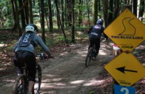 Mit dem Dirt Bike über Stock und Stein. Bild: Hans Meyer
